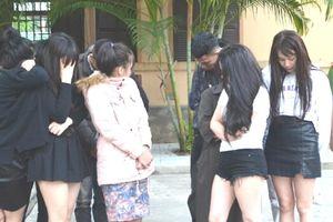 Mở tiệc ma túy trong khách sạn, 17 nam thanh nữ tú sa lưới