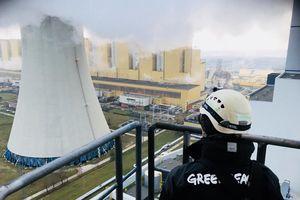Leo ống khói nhà máy điện than để cảnh báo về biến đổi khí hậu