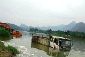 Tiền tỷ của doanh nghiệp nổi giữa sông vì thủy điện … chặn dòng?