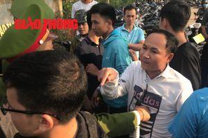 Người dân ngỡ ngàng vì loại 'giấy hẹn' kỳ lạ tại cổng VFF