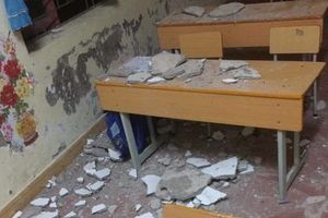 3 học sinh tiểu học nhập viện do vữa trần nhà bất ngờ đổ sập