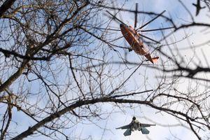 Trực thăng quân sự Nga treo lơ lửng máy bay chiến đấu Su-27