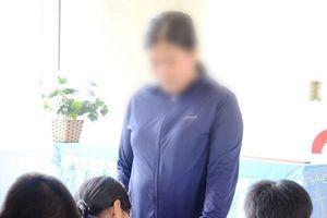 Cô giáo 'ép cả lớp tát học sinh 231 cái' nhập viện vì stress nặng, đập đầu vào tường