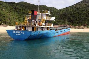 Bất chấp nguy hiểm, 3 tàu cùng tham gia cứu tàu va đá ngầm