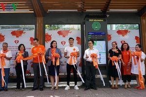 Xe buýt màu cam thân thiện với phụ nữ và trẻ em lăn bánh tại TP HCM