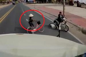 Clip: Người đi xe đạp liều chết lao sang đường, tài xế container phanh 'cháy lốp'