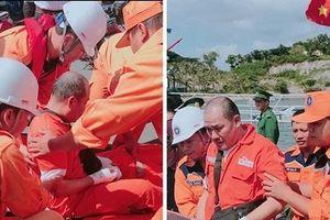 Đưa thuyền viên nước ngoài bị thương vào bờ chữa trị kịp thời