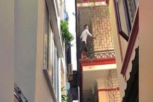 Cả khu phố truy đuổi nam thanh niên leo tường trên tầng 3 như người nhện