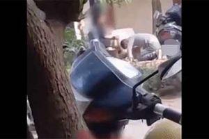 Xôn xao clip chàng trai quỳ gối, dập đầu lia lịa trước mặt cô gái ngay trên phố Hà Nội