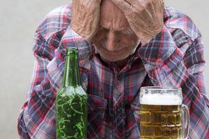 Vì sao càng lớn tuổi càng 'đuối' trước rượu bia?