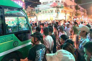 Phụ xe buýt vác hung khí truy đuổi người dân sau va chạm giao thông