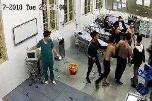 Côn đồ xông vào bệnh viện đánh bệnh nhân đang cấp cứu