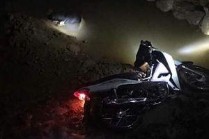 Người đàn ông tử vong bên cạnh chiếc xe đang nổ máy