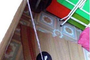 Xác minh hình ảnh bé trai 4 tuổi bị buộc dây treo lên cửa sổ lớp mầm non