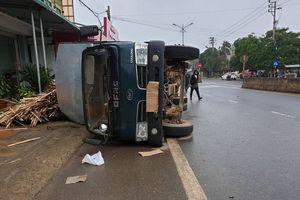 Đánh lái tránh cụ ông đạp xe qua đường, xe tải lật nhào như phim hành động đè móp đuôi xế hộp CX5