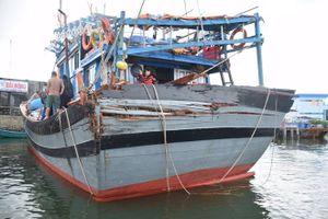 Một ngư dân bị sóng đánh văng xuống biển mất tích