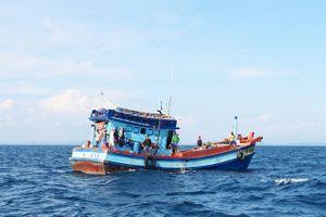 Cứu một ngư dân bị thương nặng khi đang đánh cá trên biển