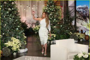 Jennifer Lopez điệu đà với đầm lệch vai trên sóng truyền hình