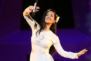 Bác sĩ yêu cầu phải ngừng hát một thời gian, Hồng Nhung vẫn 'trốn' viện ra Hà Nội biểu diễn