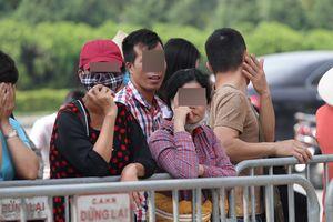 Hàng chục 'phe' chực chờ trước trụ sở VFF hỏi mua lại vé trận Việt Nam - Philippines