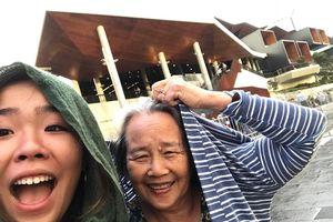 'Cháu nhà người ta' lấy tiền làm thêm đưa bà xem live show ở Australia