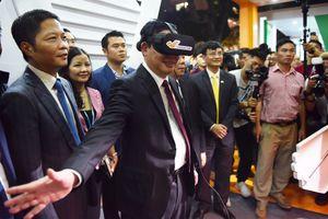 Phó thủ tướng Vương Đình Huệ trải nghiệm thực tế ảo cùng người dân