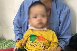 Bé trai 16 tháng tuổi nhập viện vì hóc giấy