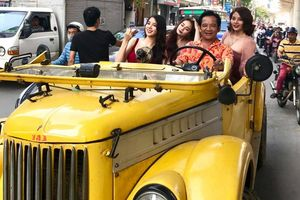 Quang Tèo lái 'siêu xe' diễu phố cùng 3 chân dài sexy náo loạn khu Cầu Giấy