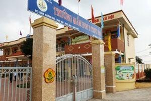 Làm rõ việc bé trai bị buộc vào cửa sổ lớp học ở Nam Định
