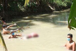 Hãi hùng thi thể bị dìm dưới nước bởi 5 thanh tre, 2 chân bị trói