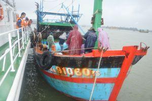 Cứu tàu cá cùng 10 thuyền viên bị nạn trên biển