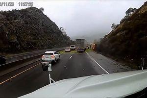 Xe tải chở hoa quả lật nhào khi cố gắng vượt phải trên đường đèo dốc