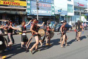 Lễ hội cồng chiêng đường phố thu hút đông đảo người dân quan tâm