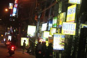 Phố Trần Duy Hưng thoát danh sách đen về mại dâm: Bán tín bán nghi