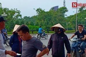 'Phe vé' đổ bộ 'thập diện mai phục' người hâm mộ trước cổng VFF