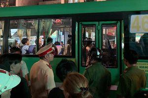Người dân bức xúc bao vây xe buýt khi chứng kiến cảnh phụ xe dùng hung khí truy đuổi người sau va chạm