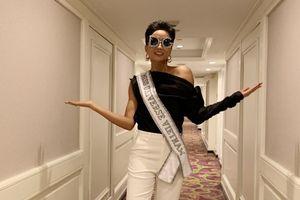 Vừa nhập cuộc Miss Universe, H'Hen Niê đã 'ngầu tới bến' với cặp màu kinh điển và phụ kiện ấn tượng