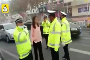 Bị thổi phạt, nữ tài xế thách thức, đánh cảnh sát giữa đường