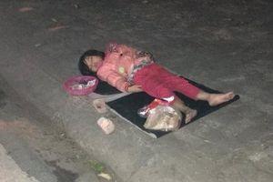 Xót xa bé gái 5 tuổi ngủ vỉa hè trong đêm lạnh: 'Không thể đưa vào trung tâm bảo trợ ngay được'