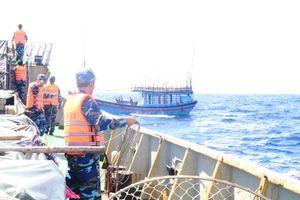 Vùng 3 Hải quân cứu nạn tàu cá của ngư dân Quảng Ngãi