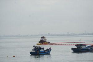 Đà Nẵng: Tàu chở dầu va chạm gây nứt cầu cảng