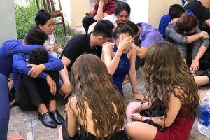 Đột kích quán bar ở TP.HCM, hàng chục nam thanh nữ tú tháo chạy