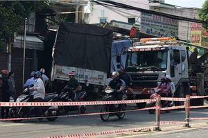 TP HCM: Xe tải nổ lốp, tông sập nhà dân