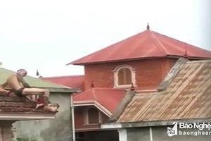 Người cha ném con từ mái nhà xuống sân bị khởi tố tội giết người