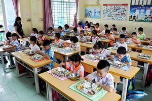 Nghề giáo viên đủ áp lực lại còn khổ sở như việc 'dỗ' học sinh tiểu học ăn, ngủ trưa