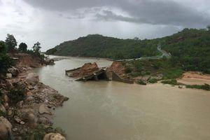 Làm đường tạm 'giải cứu' 340 hộ dân bị cô lập vì cầu sập