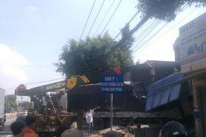 TP.HCM: Xe tải tông sập 2 nhà dân, nhiều người chạy tán loạn