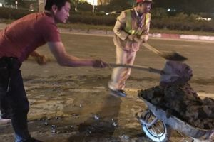 Còng lưng hót dọn bùn đất để người dân đi lại an toàn