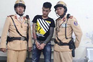 Cảnh sát giao thông truy đuổi đối tượng bắt giữ người trái pháp luật