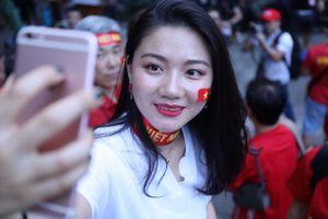 Nữ CĐV tiếp lửa cho thầy trò HLV Park Hang-seo